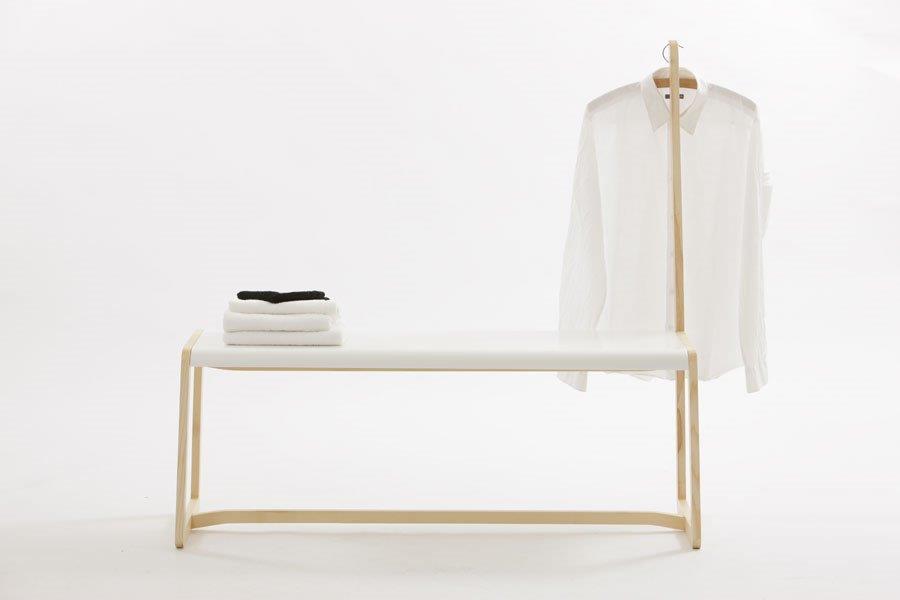 Die Sitzbank mit Garderobenfunktion von Ellenberger Design vereint die Kombination von hellem Holz und weißem Mineralwerkstoff in sich.