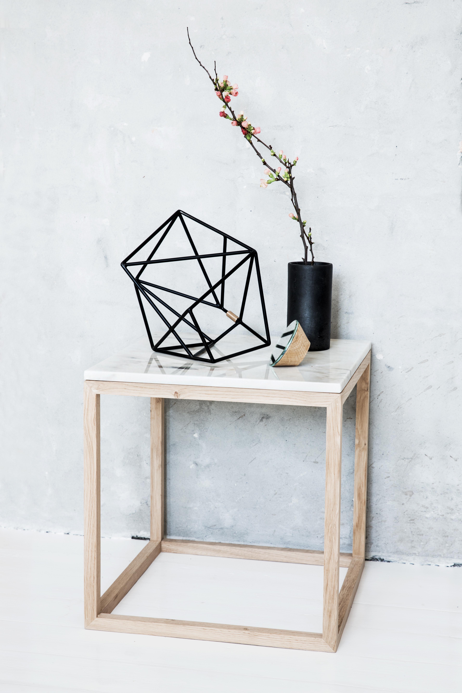 Kontrast von Eichenholz und weißem Marmor: THE CUBE TABLE von Kristina Dam