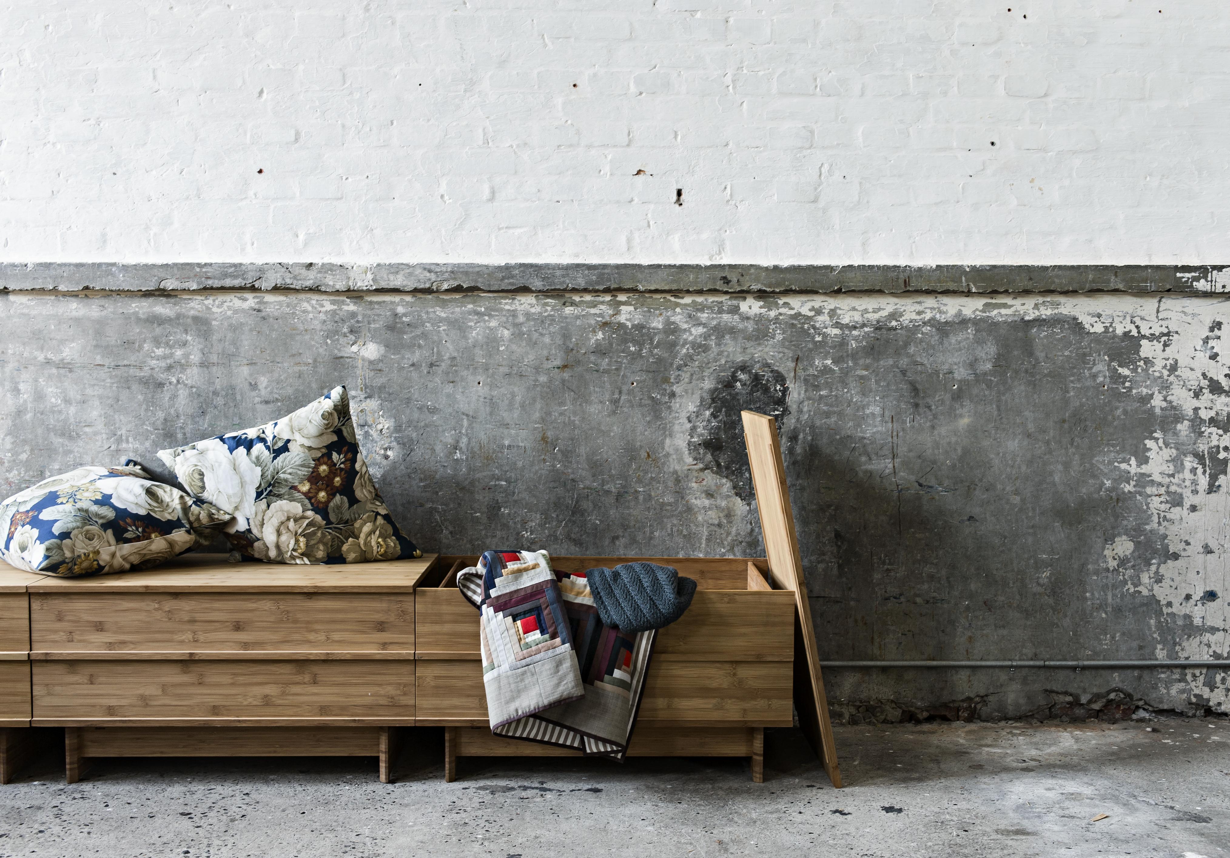 Wunderbar praktisch: die Sitzbank CORRELATION von we do wood mit integrierter Truhe