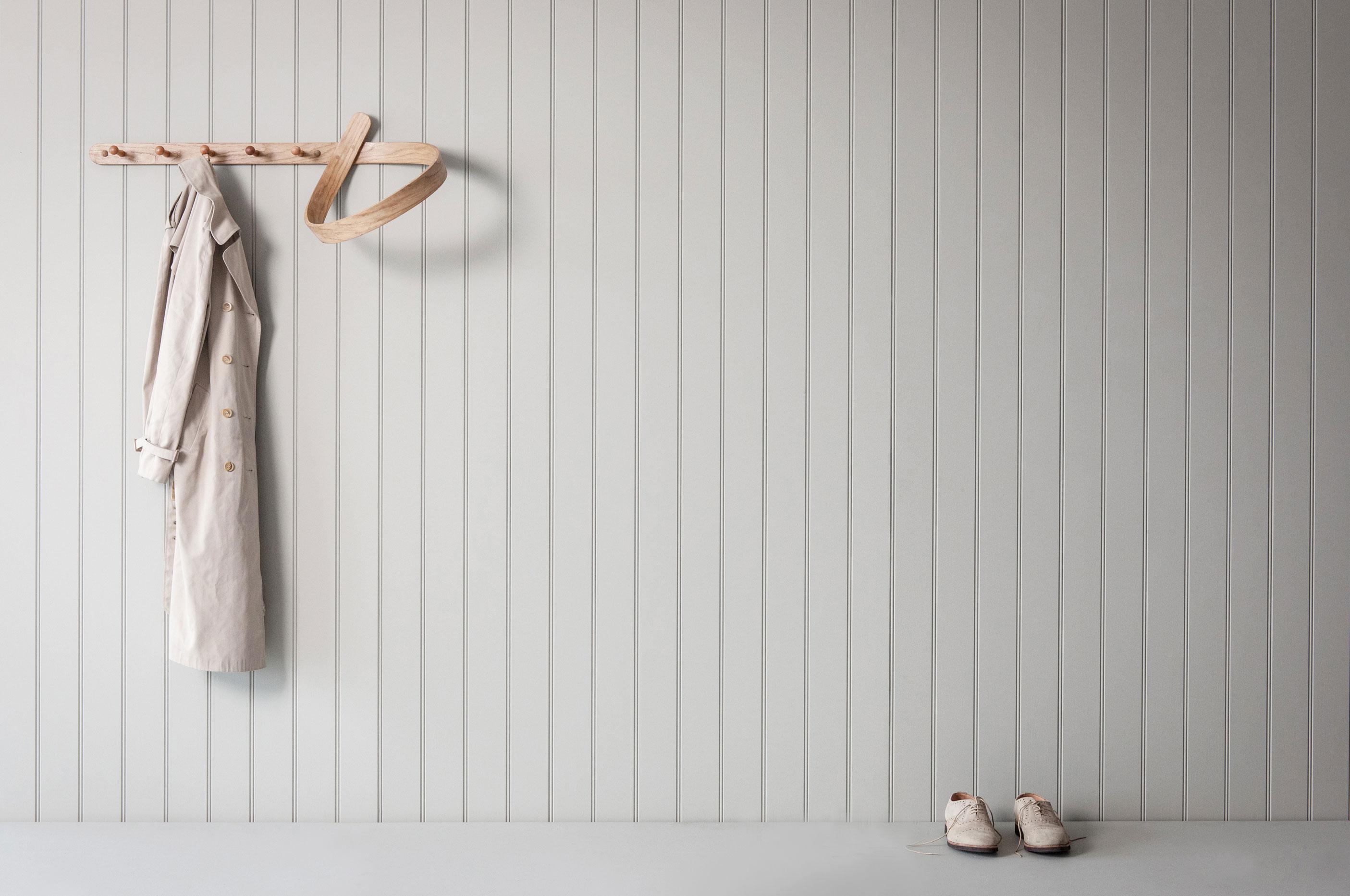 Die moderne Wandgarderobe COAT LOOP von Tom Raffield setzt Kleidung besonders schön in Szene
