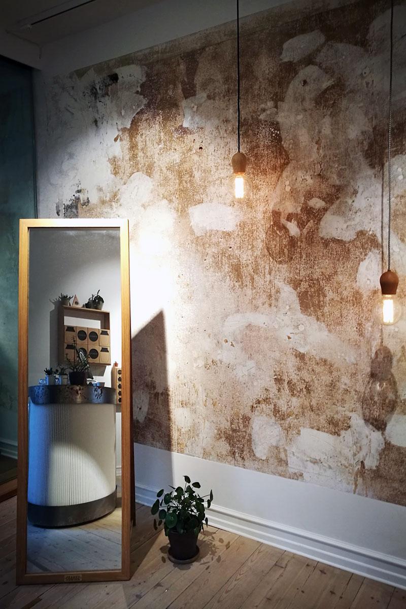 Im Nordic Tales Concept Store kommen Bright Sprout und Framed Mirror bestens zur Geltung.