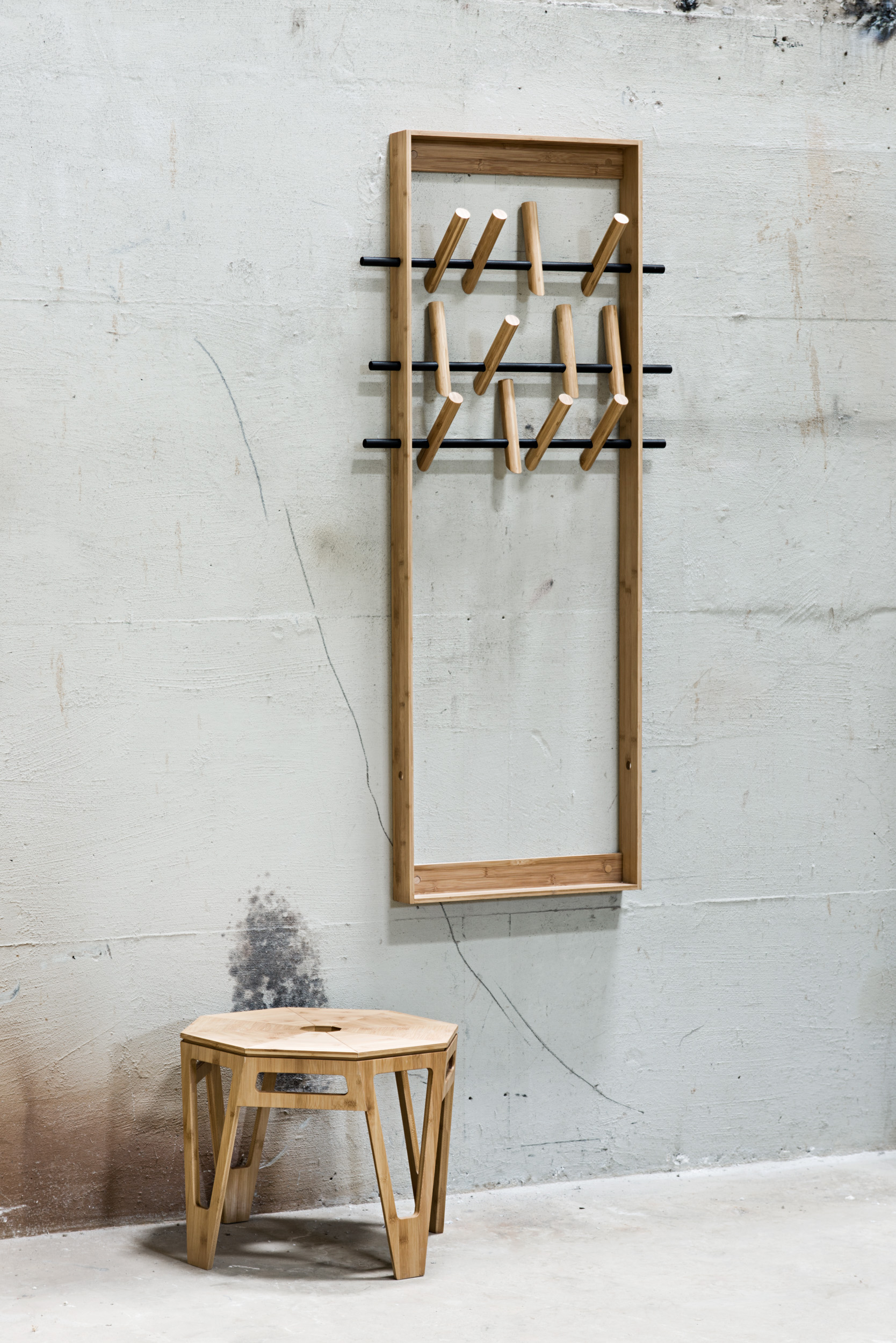 Garderobe COAT FRAME von We Do Wood ist Möbelstück und Kunstwerk in Einem.