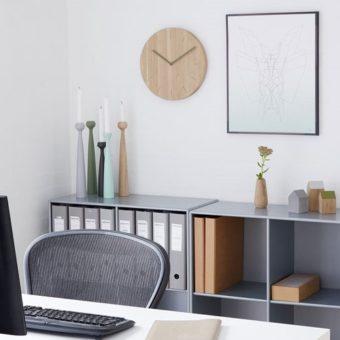 Designer-Uhr WATCH:OUT von applicata als Wanduhr aus Holz im Büro