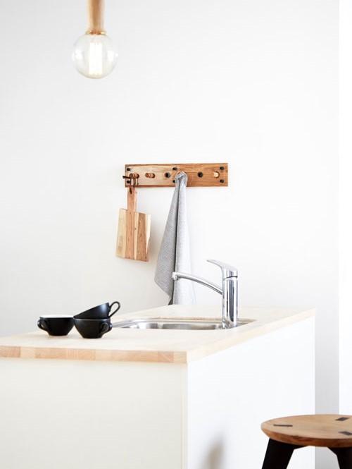 In Der Küche Eignet Sich Die Hakenleiste Aus Holz Zum Aufhängen Von  Geschirrtüchern Und Anderen Küchenutensilien.