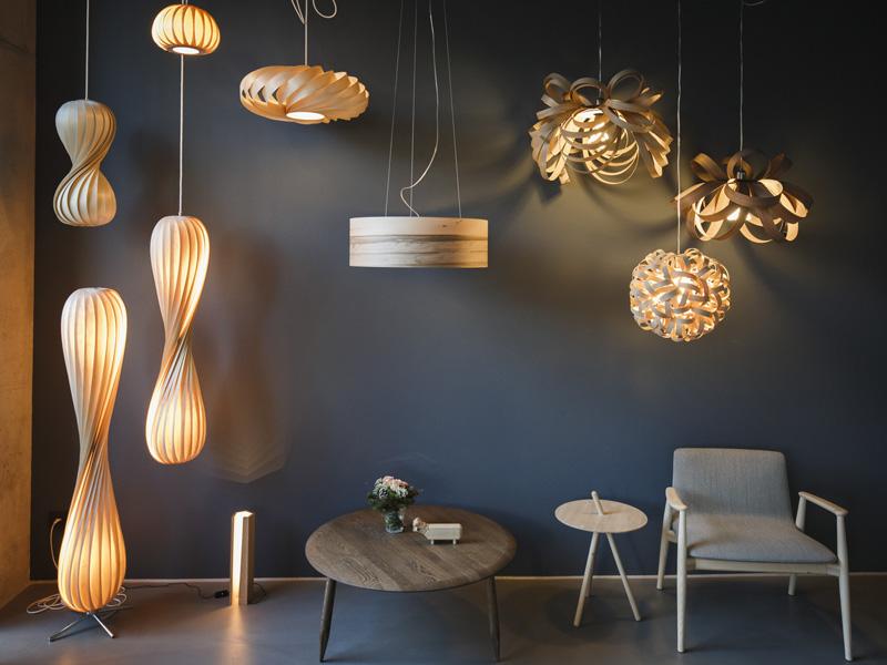 Stimmungsvolle Leuchtenwand mit eleganten Holz-Lampen von Tom Rossau, Tom Raffield und dreizehngrad