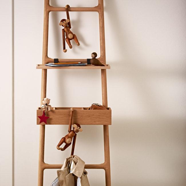 Affen aus Holz hangeln an Leiter mit Holzfigur BEAR und LOVEBIRD